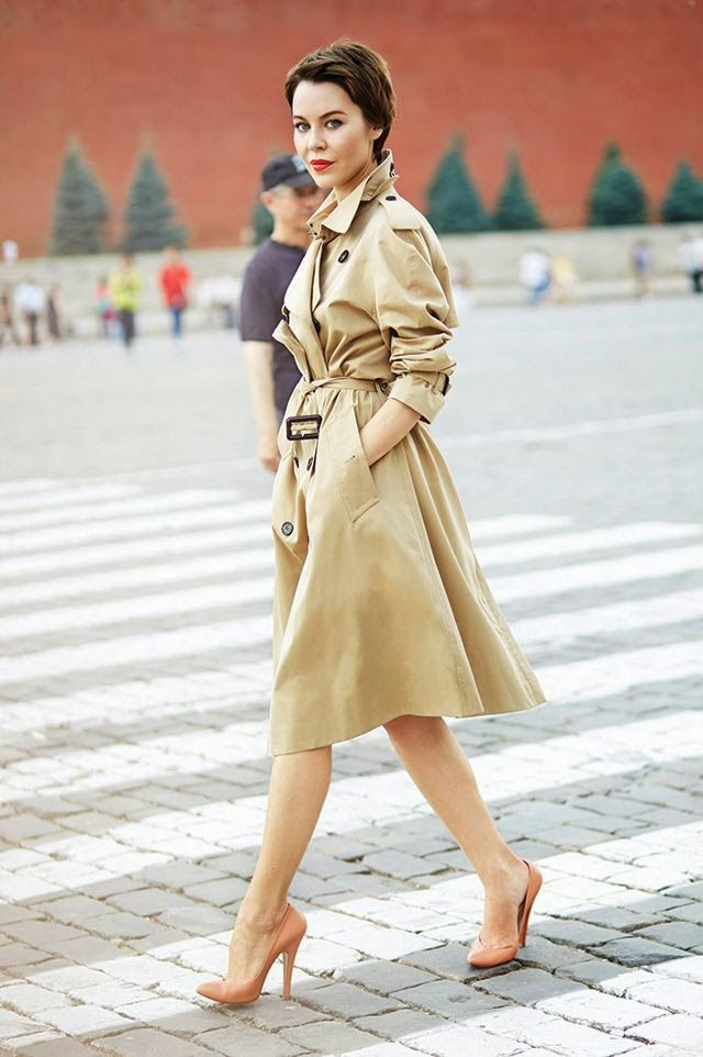 Fair skin lady wearing a beige trench with green undertones: stunning!